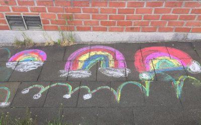 Soutien à la lutte contre l'homophobie avec des arcs-en-ciel sur nos trottoirs